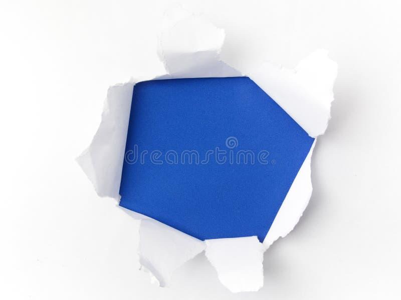 在蓝色背景的被撕毁的白皮书 Cocept为孤独性了悟天 一起断裂障碍为孤独性 免版税库存图片