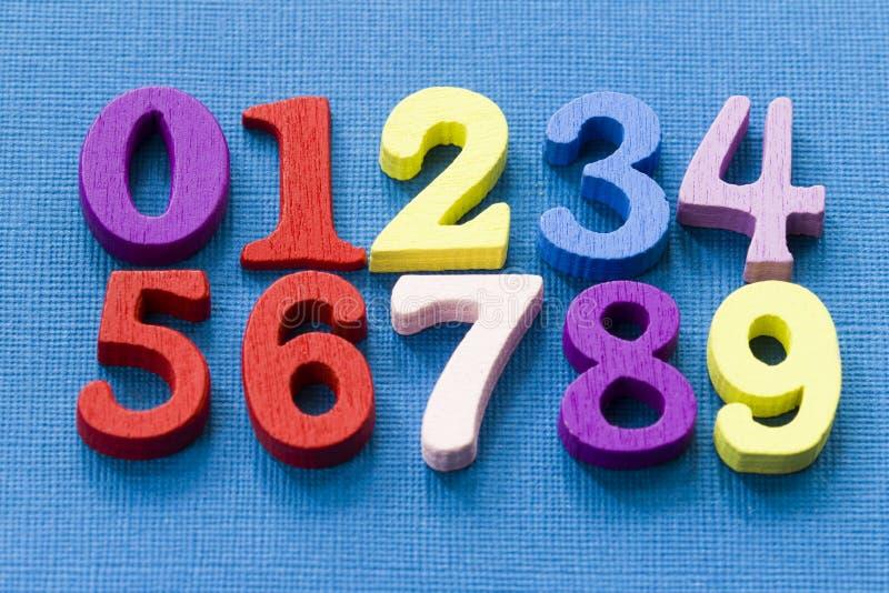 在蓝色背景的许多五颜六色的数字 容易的mathemanics概念 库存图片