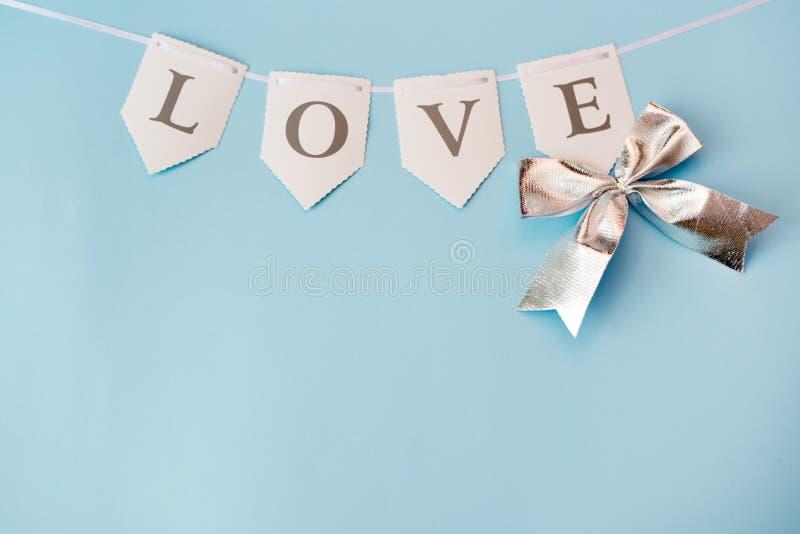 在蓝色背景的词爱与拷贝空间 St情人节、爱或者婚礼那天概念 ?? 免版税库存图片