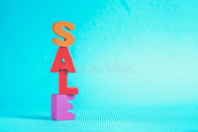 在蓝色背景的销售五颜六色的木文本与拷贝空间,嘘 库存图片