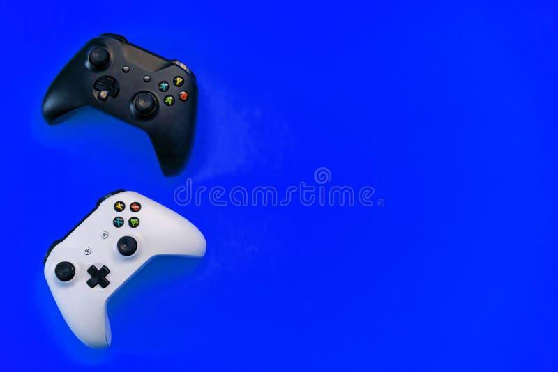 在蓝色背景的黑白控制杆 免版税库存照片