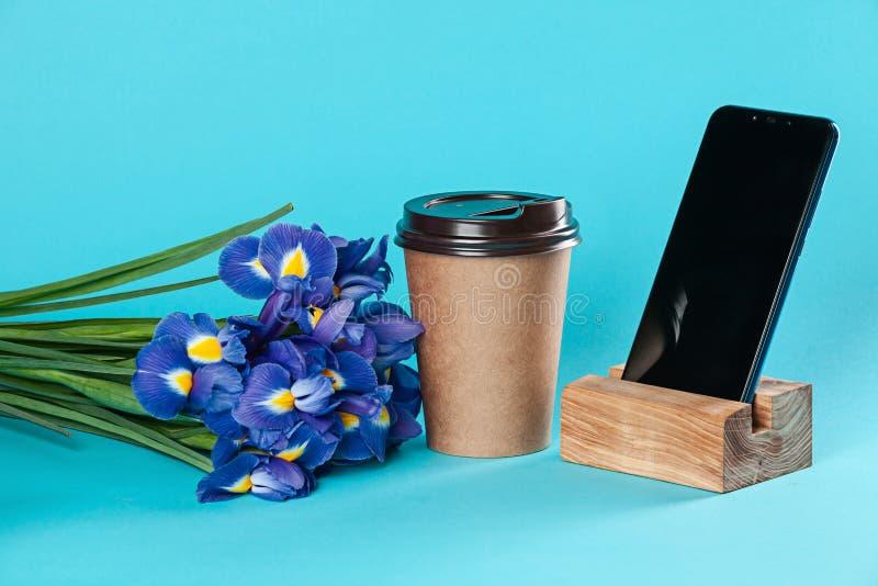 在蓝色背景隔绝的外带的纸咖啡杯大模型 免版税图库摄影