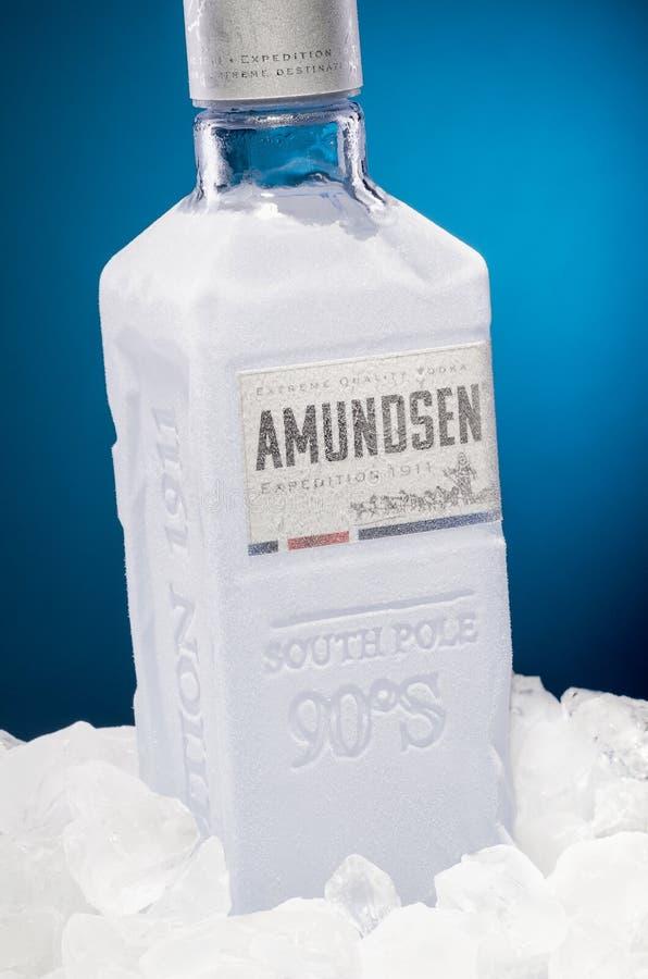 在蓝色背景隔绝的阿蒙森优质伏特加酒 免版税库存图片
