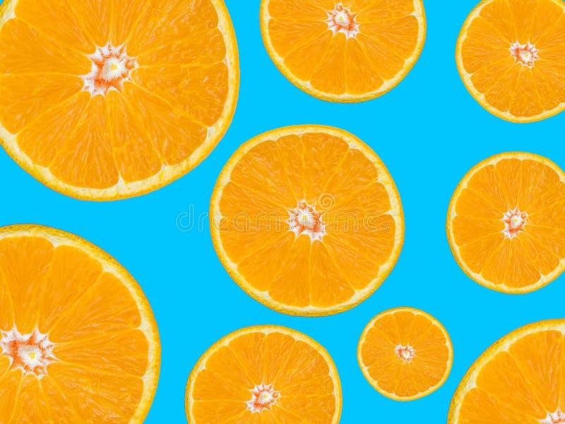 在蓝色背景,流行艺术样式的橙色切片样式 免版税库存照片