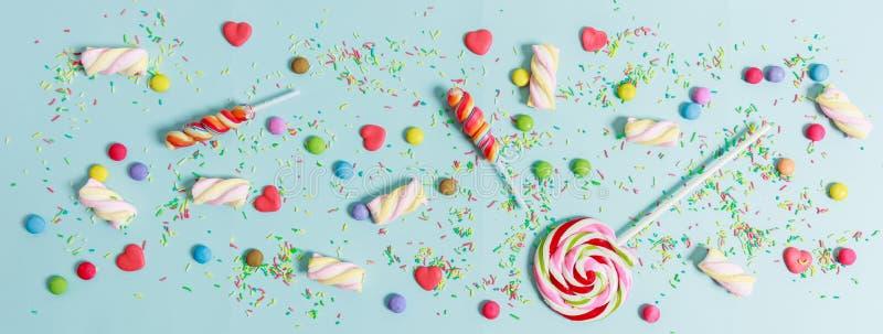 在蓝色背景,顶视图的五颜六色的糖果 免版税图库摄影
