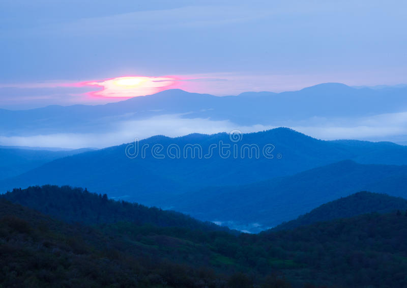 在蓝色背脊山的日出在风暴日 免版税库存照片