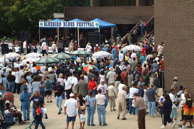在蓝色节日的人群音乐事件 免版税库存照片