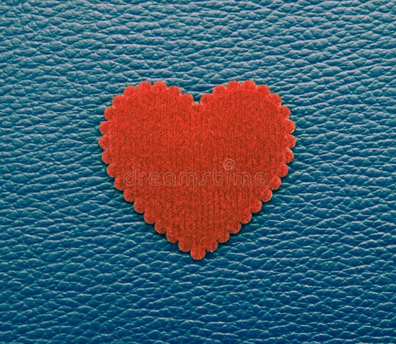在蓝色葡萄酒背景的红色心脏 免版税库存图片
