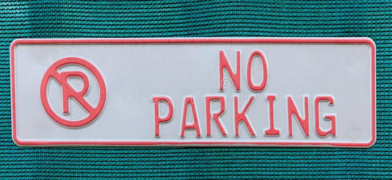 在蓝色被编织的织品的禁止停车标志 免版税库存照片