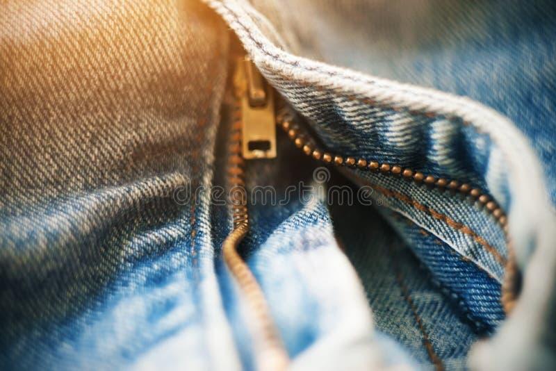 在蓝色被解扣的牛仔裤的拉链钩子 免版税图库摄影
