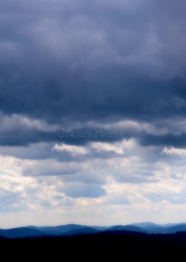 在蓝色里奇的暴风云 免版税库存图片