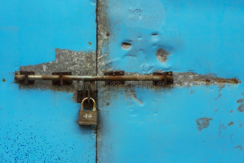 在蓝色金属门的挂锁 免版税库存图片