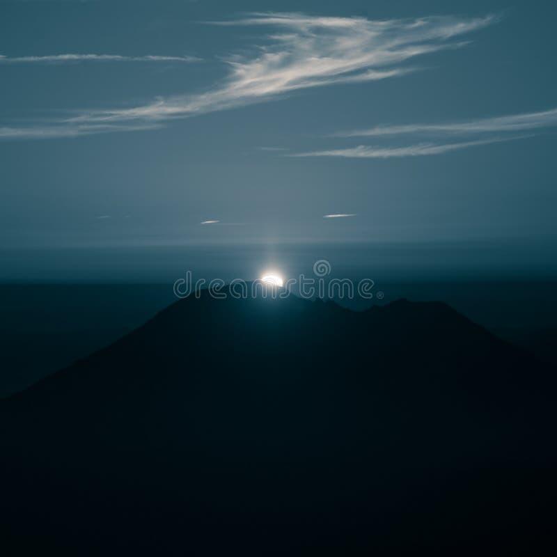 在蓝色音调的一个美好,抽象单色山风景 图库摄影