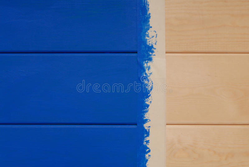 在蓝色颜色和稠粘的磁带绘的杉木板 免版税图库摄影