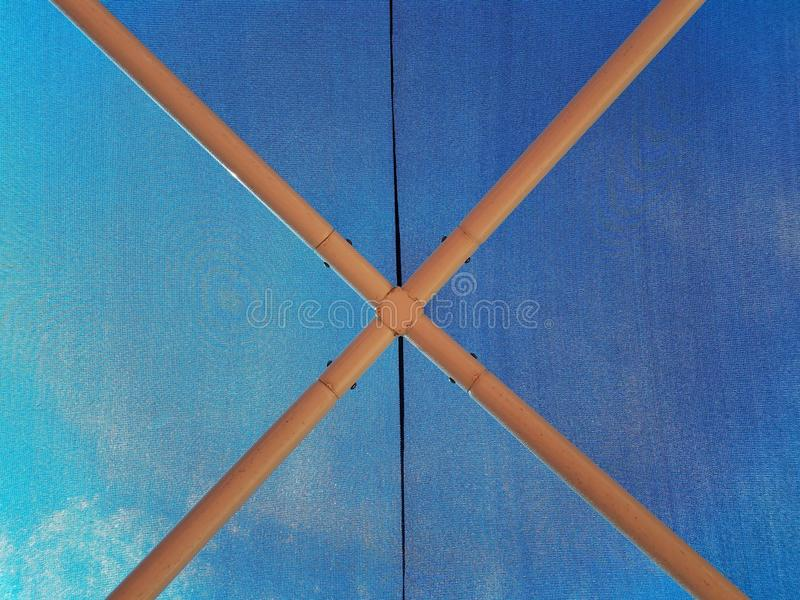 在蓝色织品伞里面 库存图片