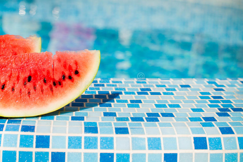 在蓝色水池的西瓜 免版税库存图片