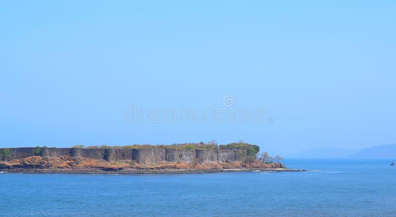在蓝色水的Suvarnadurga堡垒的一个老古老海堡垒 库存照片