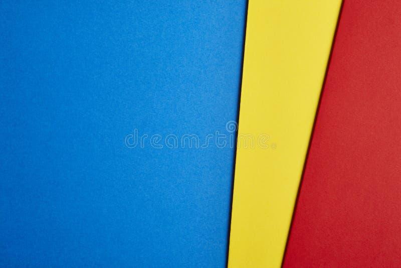 在蓝色黄色红色口气的色的纸板背景 复制Spac 免版税图库摄影