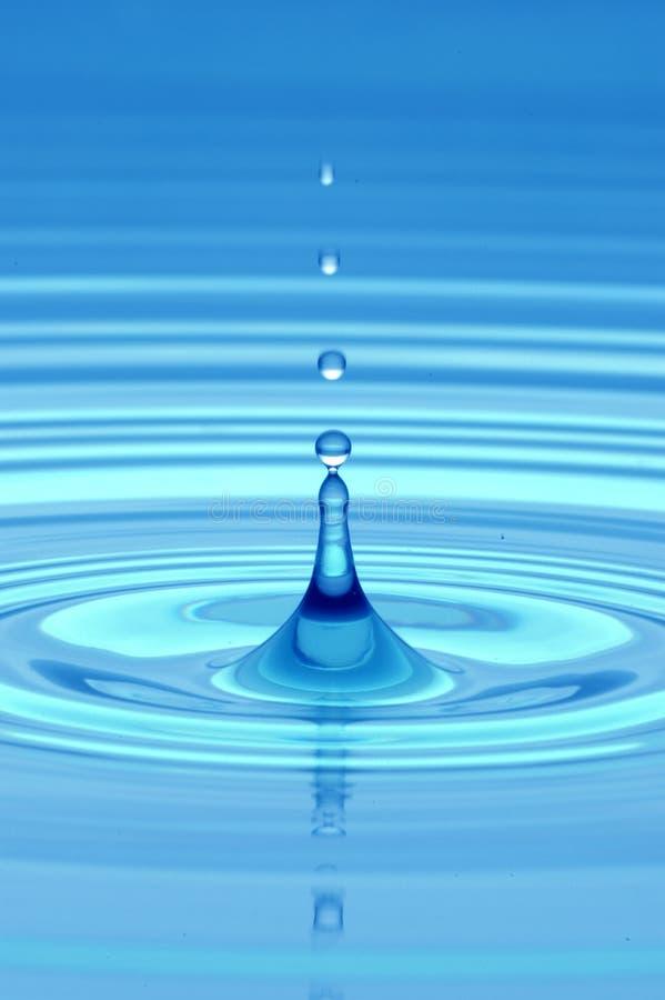 水滴在蓝色 免版税库存照片