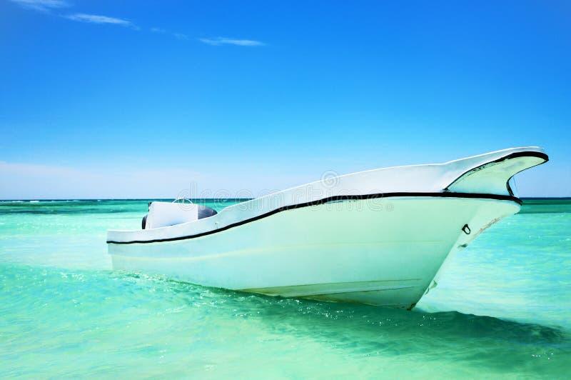 在蓝色carribean海和美好的cloudscape的帆船 库存照片