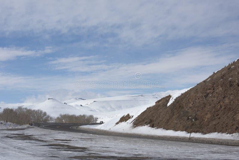 在蓝色Mesa水库的高速公路50在冬天 免版税库存图片