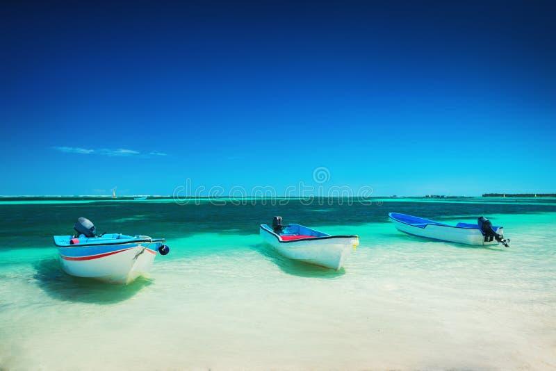 在蓬塔卡纳,美好的全景岸的加勒比海和速度小船  库存图片
