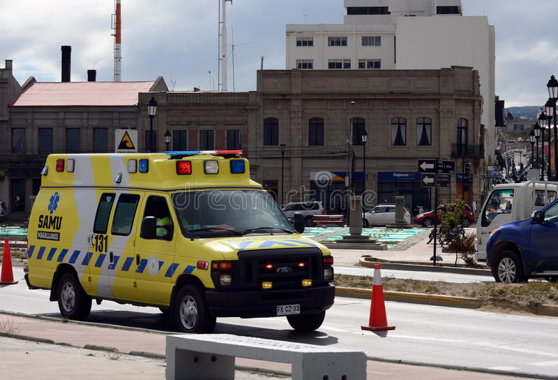 在蓬塔阿雷纳斯街道上的救护车汽车  免版税库存图片