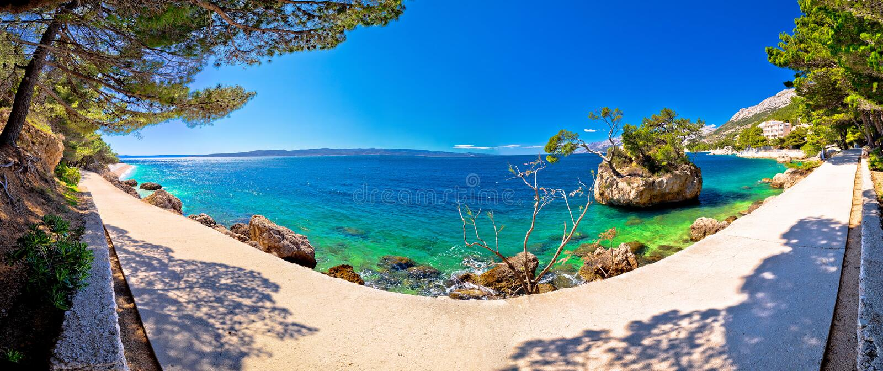 在蓬塔Rata海滩的田园诗小岛在Brela全景 库存照片