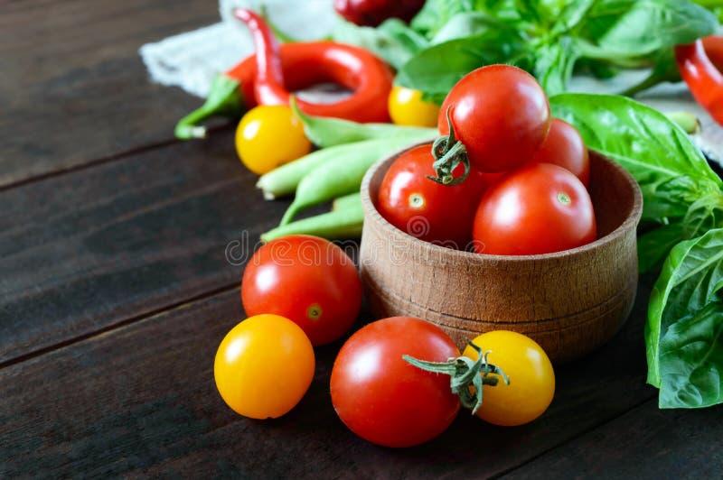 在蓬蒿中的红色和黄色西红柿离开 免版税库存图片