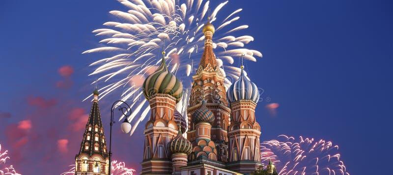 在蓬蒿圣徒蓬蒿大教堂寺庙的烟花保佑,红场,莫斯科,俄罗斯 库存照片