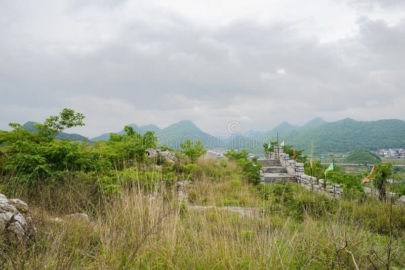 在蔓延的小山顶的石城垛多云春天下午的 库存照片