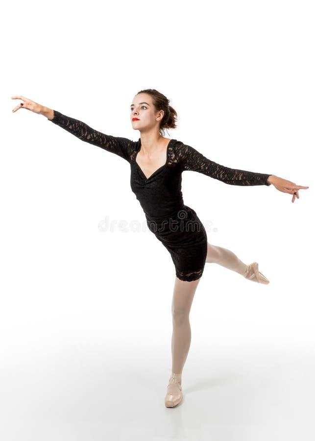 在蔓藤花纹姿势的年轻跳芭蕾舞者 免版税库存照片