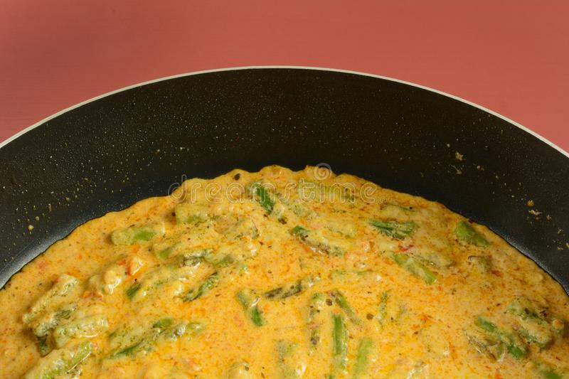 在蕃茄奶油沙司的芦笋 库存图片