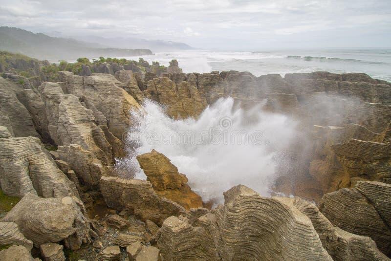 在薄煎饼岩石的大通风孔在新西兰的西海岸 免版税图库摄影