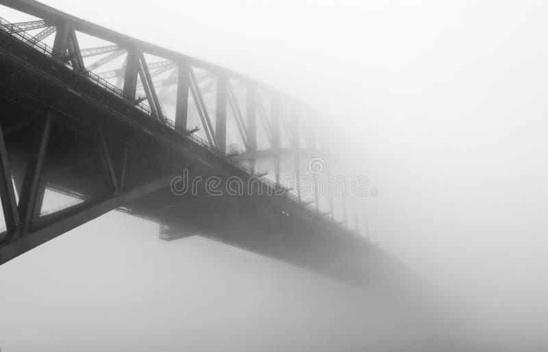 在薄雾下的悉尼港桥 库存图片