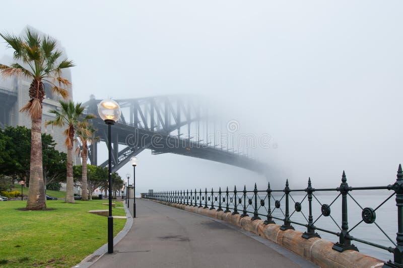 在薄雾下的悉尼港桥 免版税图库摄影