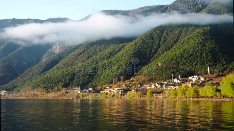 在薄雾下的早晨村庄 免版税库存图片