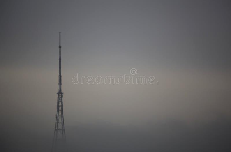 在薄雾的传输的岗位 免版税图库摄影