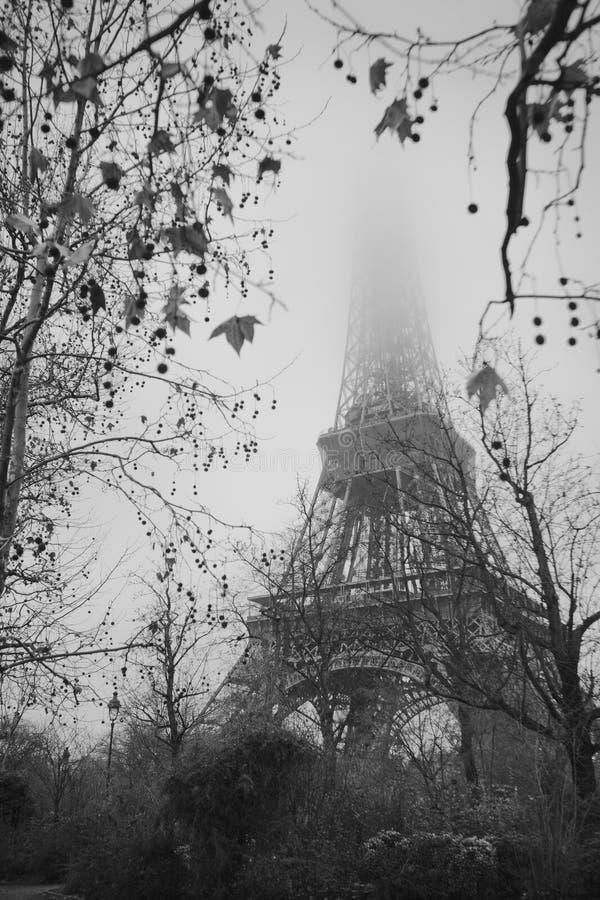 在薄雾的埃佛尔铁塔 免版税库存图片
