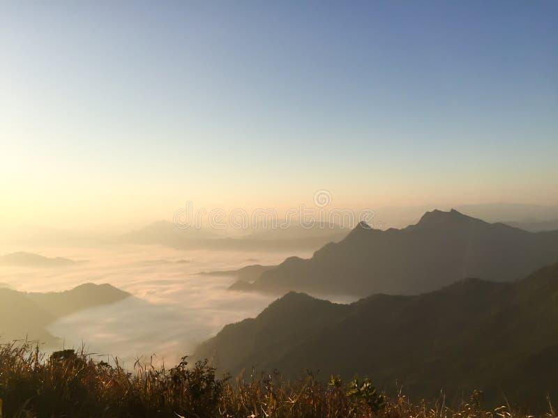 在薄雾的日出在phu池氏华氏山,清莱,泰国 库存照片