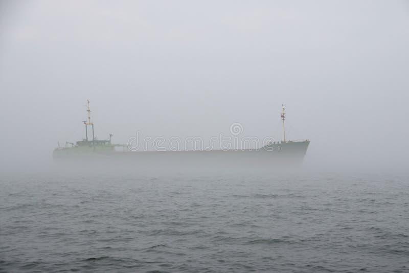 在薄雾的船 免版税库存照片