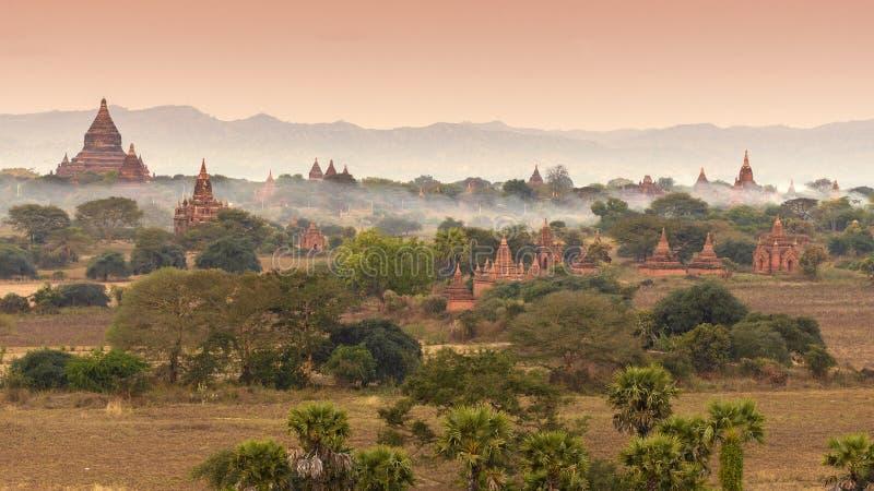 在薄雾的Bagan 免版税库存图片