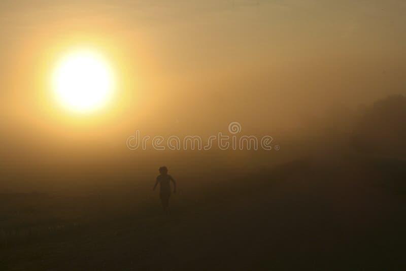 在薄雾II的赛跑者 库存照片