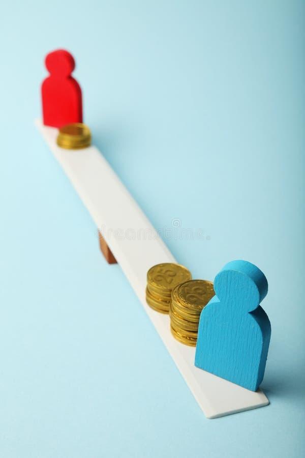 在薪水概念的水平的性别不平等 在等级和人形象的硬币 图库摄影