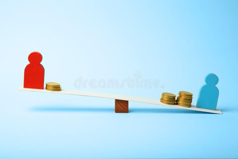 在薪水的水平的不平等 人收入差距 在等级的硬币 免版税库存照片