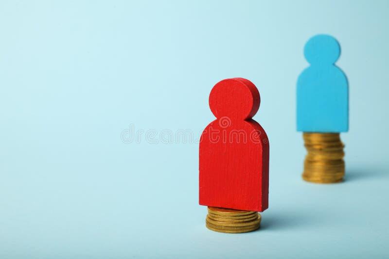 在薪水的水平的不平等 人收入差距 在等级的硬币 免版税图库摄影