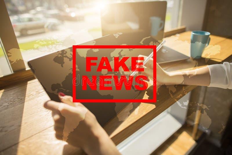 在虚屏上的假新闻警告 免版税库存图片