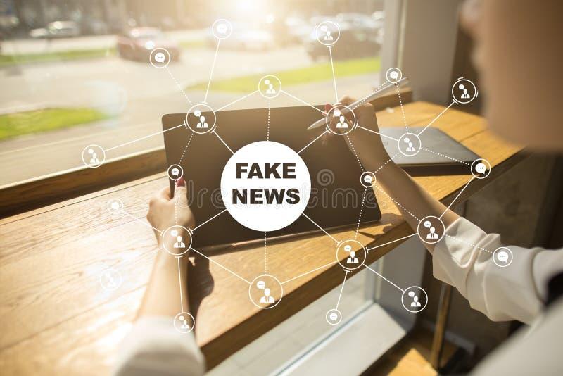 在虚屏上的假新闻警告 库存照片