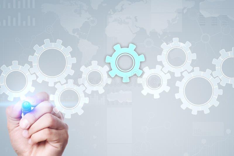 在虚屏上的齿轮 经营战略和技术概念 自动化过程 免版税库存照片