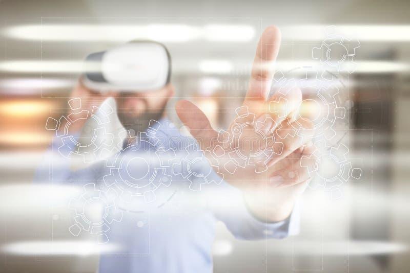 在虚屏上的齿轮 经营战略和技术概念 自动化过程 免版税图库摄影